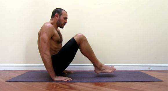 antranik demonstrating a tucked L sit